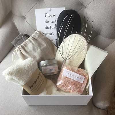 Coffret Du Temps Pour Moi pour une maman, une belle boîte argentée et ciselée contenant 9articles de luxe pour se chouchouter, un cadeau attentionné pour une maman ou une future maman